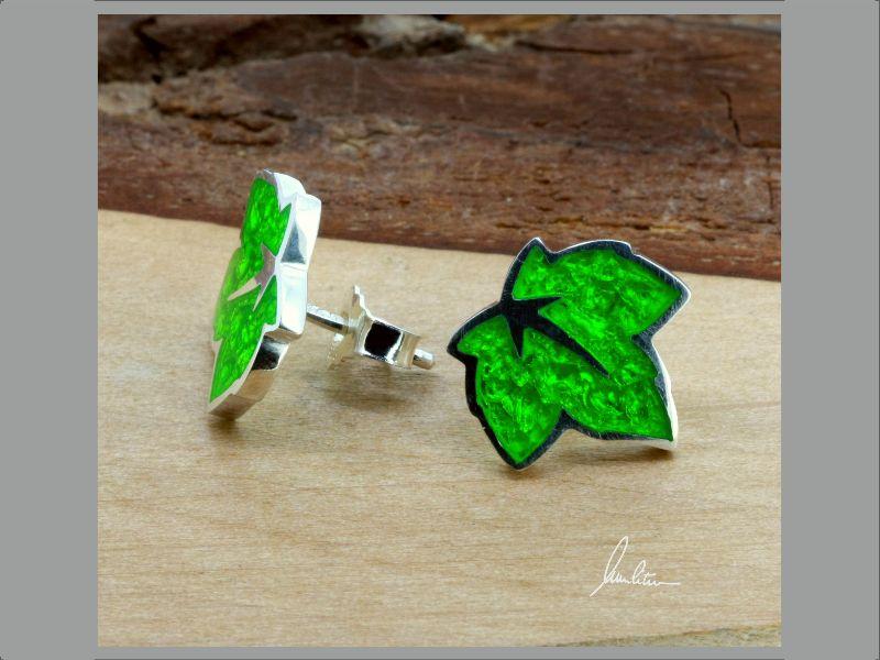 - Ohrstecker kleines Blatt in Grün in Handarbeit hergestellt mit strukturiertem Silber   - Ohrstecker kleines Blatt in Grün in Handarbeit hergestellt mit strukturiertem Silber