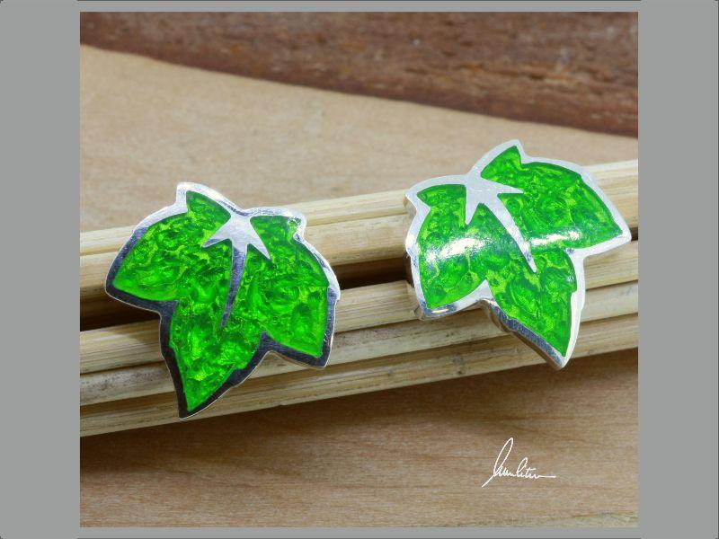 Kleinesbild - Ohrstecker kleines Blatt in Grün in Handarbeit hergestellt mit strukturiertem Silber