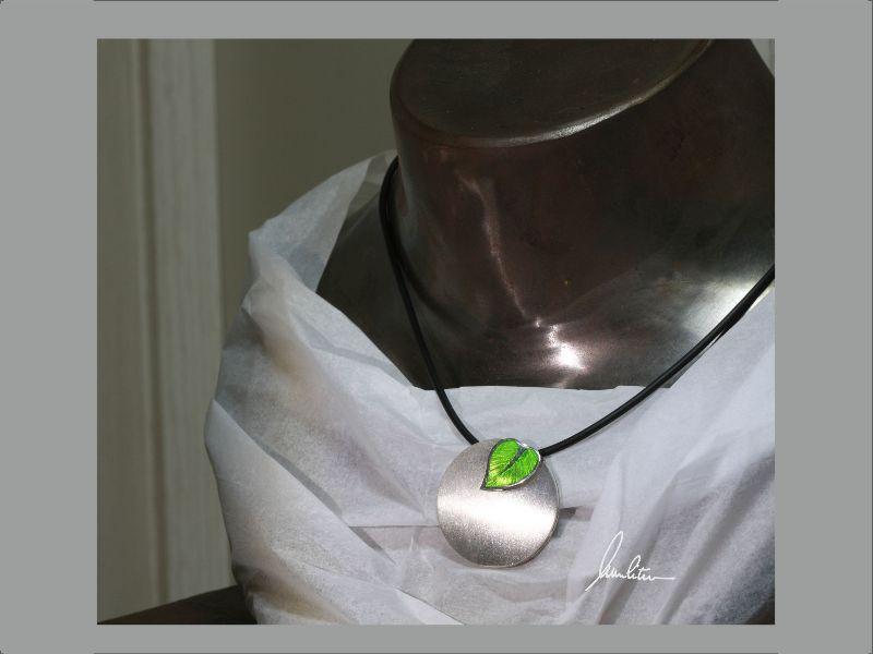 Kleinesbild - Anhänger runde Scheibe mit grünem Blatt in Silber in Handarbeit hergestellt