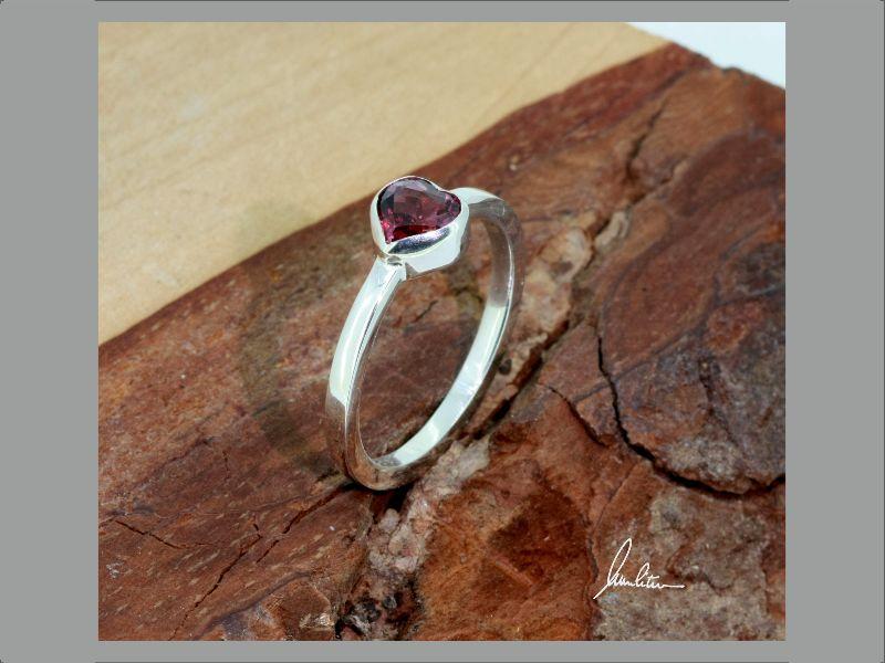 Kleinesbild - Ring mit Rhodolith Herz in Silber in Handarbeit hergestellt