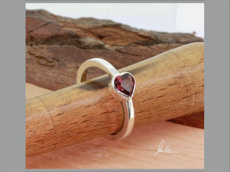 - Ring mit Rhodolith Herz in Silber in Handarbeit hergestellt - Ring mit Rhodolith Herz in Silber in Handarbeit hergestellt