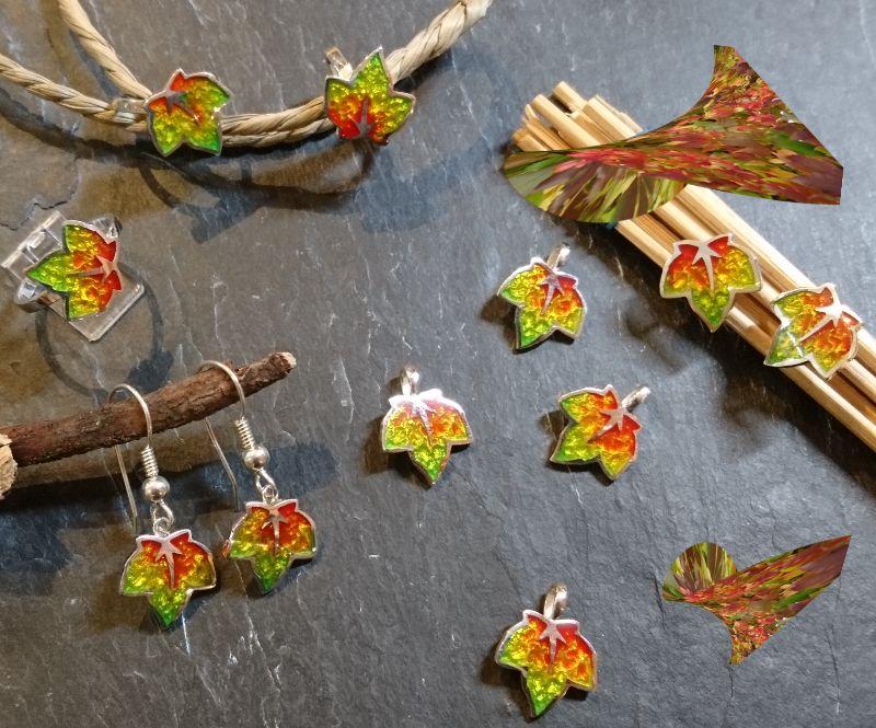 Kleinesbild - Anhänger kleines buntes Blatt , Herbstblatt, in Handarbeit hergestellt mit strukturiertem Silber ein bunter Blätterwirbel