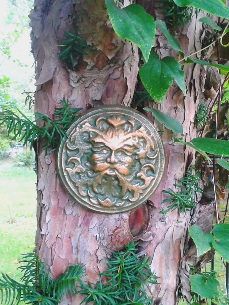 Kleinesbild - Baumgeist Baumgesicht Gartengeist aus Beton Handbemalt zum Aufhängen und Legen Steingarten