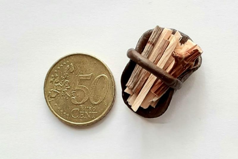 Kleinesbild - Feuerholz-Korb, Kaminholz für Elfenwelt, Puppenstube Puppenhaus Fairy Garden Miniaturwelten