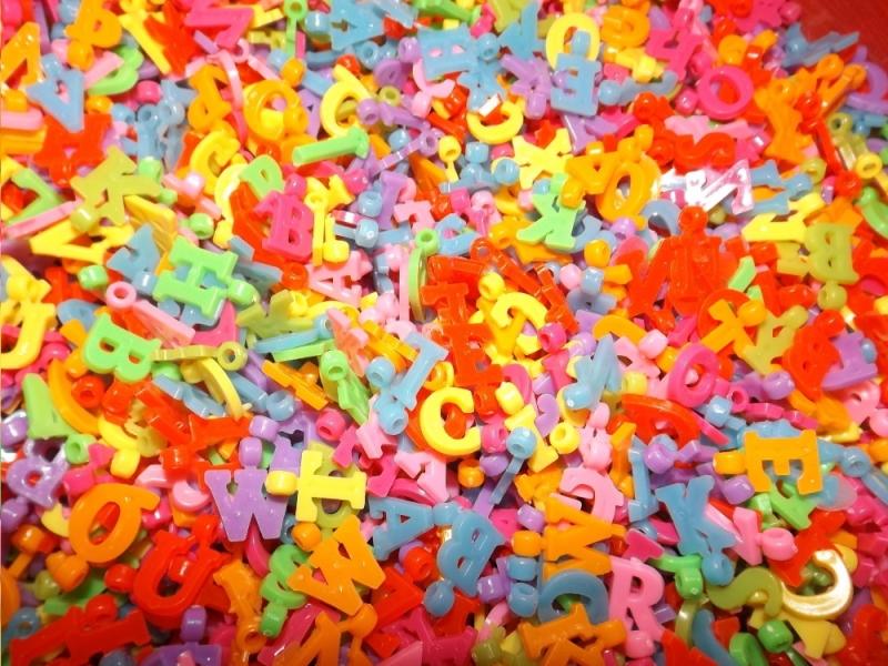 Kleinesbild - Namensschmuck Namensketten selber fädeln, Buchstaben-Perlen Buchstabenanhänger groß bunt Kinderperlen ABC