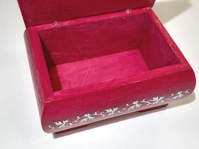 Kleinesbild - Kleines Schatzkästchen, handbemalte und verzierte Holzschachtel in dunkel Pink mit Schmetterling
