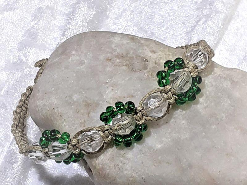 - Handgefertigtes  Makramee-Armband aus feinem naturfarbenen Garn mit Perlen - Handgefertigtes  Makramee-Armband aus feinem naturfarbenen Garn mit Perlen