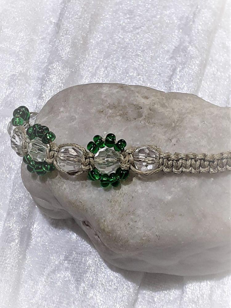 Kleinesbild - Handgefertigtes  Makramee-Armband aus feinem naturfarbenen Garn mit Perlen