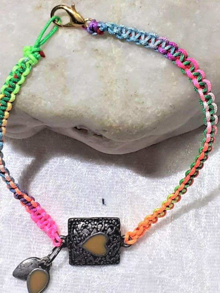 Kleinesbild - Handgefertigtes  Makramee-Armband aus Synthetik-Schnur mit Farbverlauf