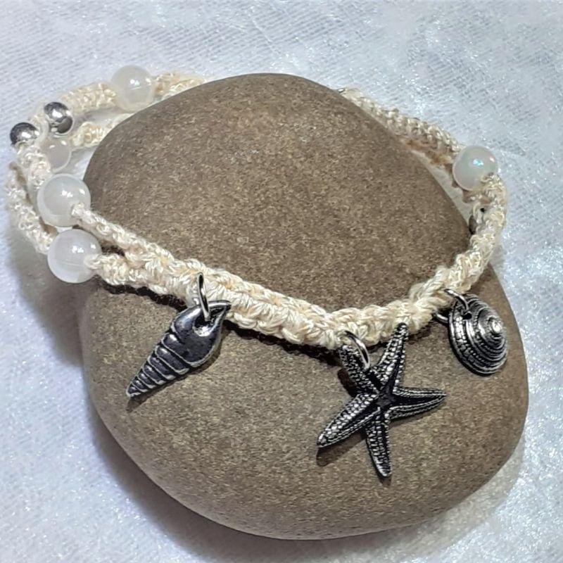 - Handgefertigtes  Makramee-Armband mit maritimen Schmuckelementen - Handgefertigtes  Makramee-Armband mit maritimen Schmuckelementen