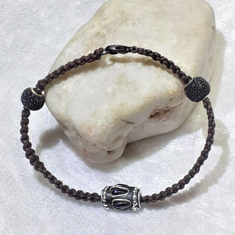 Kleinesbild - Handgefertigtes  Makramee-Armband in dunkelbraun mit Perlen.