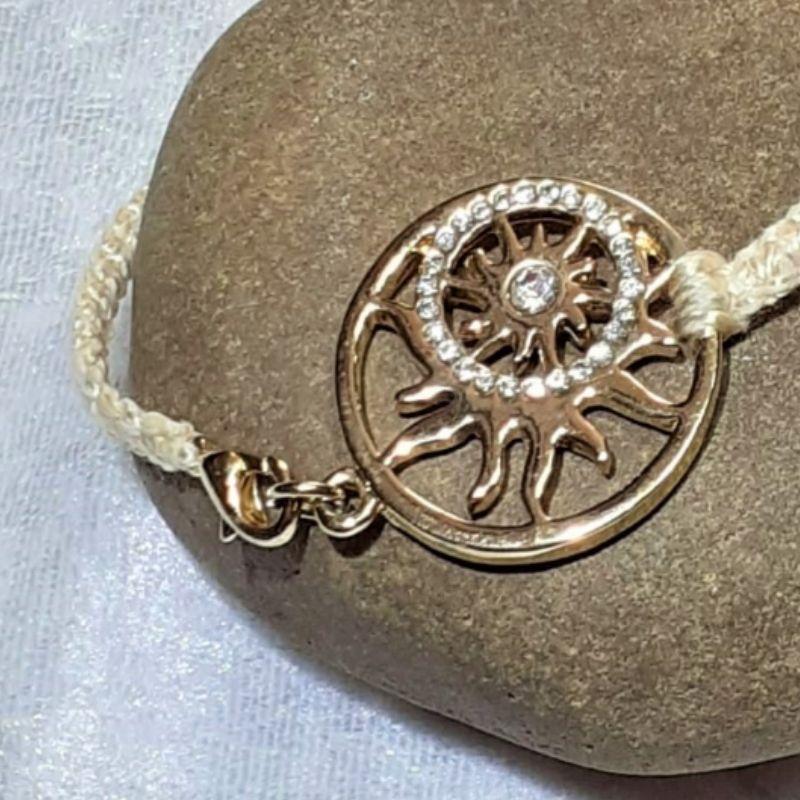 Kleinesbild - Handgefertigtes  Makramee-Armband mit großem goldenen Schmuckelement