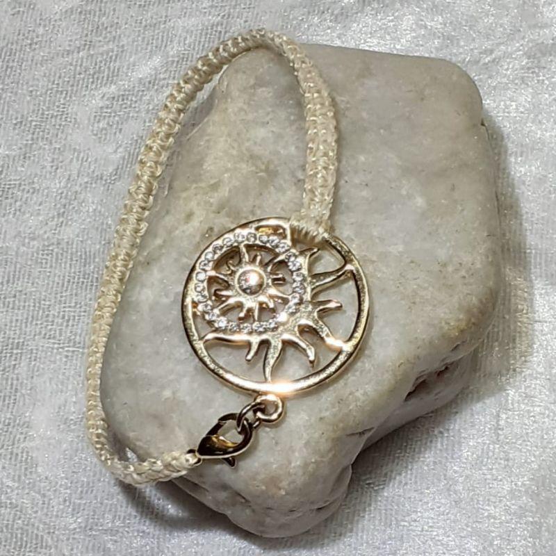 - Handgefertigtes  Makramee-Armband mit großem goldenen Schmuckelement  - Handgefertigtes  Makramee-Armband mit großem goldenen Schmuckelement
