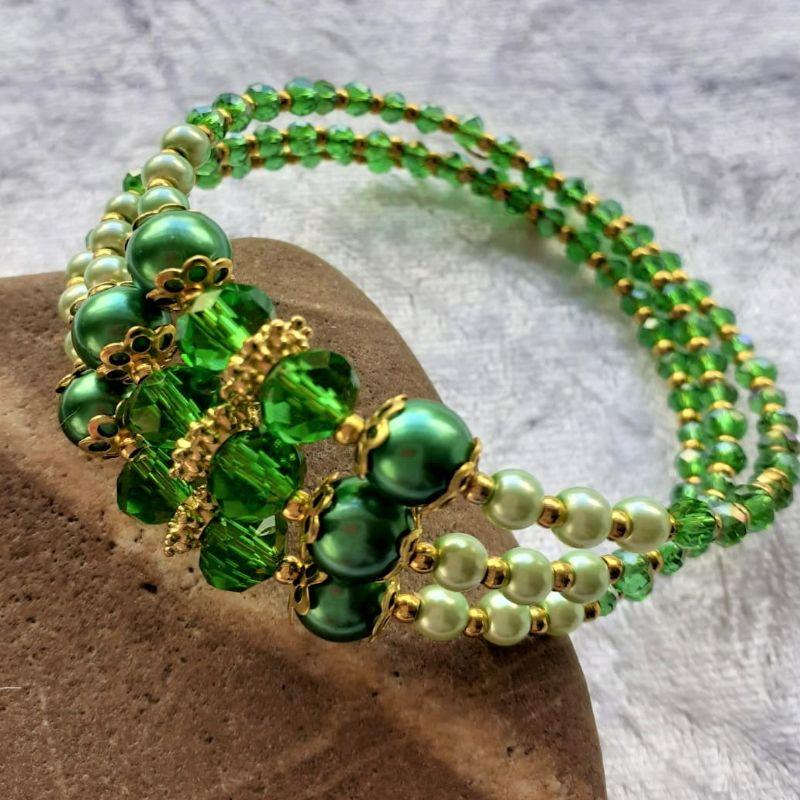 - Armreifen, Perlenzauber in grün und golden, handgearbeitet * - Armreifen, Perlenzauber in grün und golden, handgearbeitet *