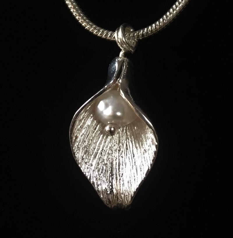 - Silberanhänger handgefertigt - Blütenblatt mit Perle - Unikat - Silberanhänger handgefertigt - Blütenblatt mit Perle - Unikat