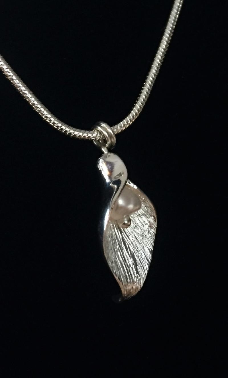 Kleinesbild - Silberanhänger handgefertigt - Blütenblatt mit Perle - Unikat