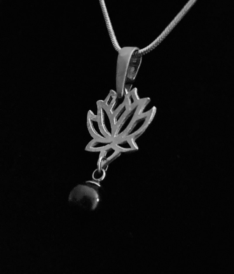 Kleinesbild - Silberanhänger handgefertigt Lotusblüte mit schwarzer Tahiti-Perle - Unikat