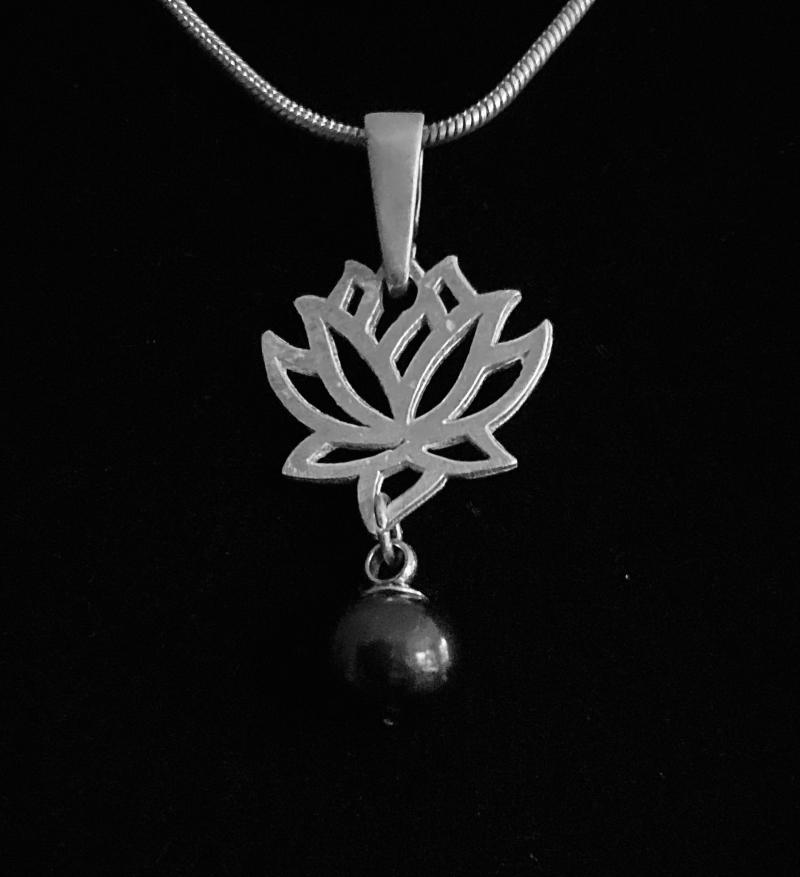 - Silberanhänger handgefertigt Lotusblüte mit schwarzer Tahiti-Perle - Unikat - Silberanhänger handgefertigt Lotusblüte mit schwarzer Tahiti-Perle - Unikat