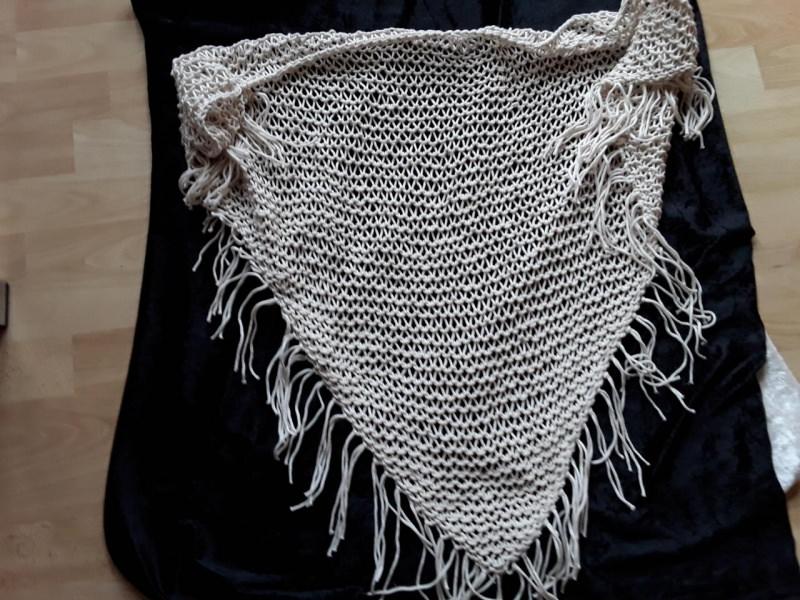 - Handgestricktes Dreieckstuch mit schönem Netzmuster - Handgestricktes Dreieckstuch mit schönem Netzmuster
