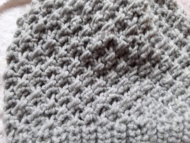 Kleinesbild - Handgestrickte Wendemütze mit schönem Muster in hellgrau