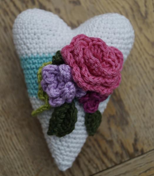 - gehäkeltes Herz mit Blumendeko - gehäkeltes Herz mit Blumendeko