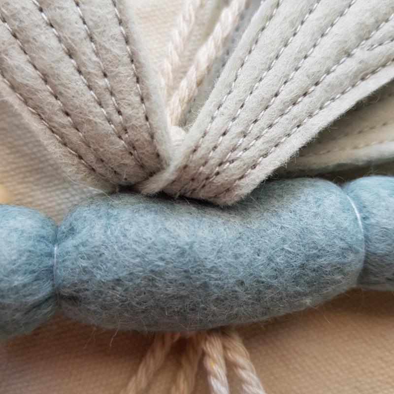 Kleinesbild - Handgefertigter, dreidimensionaler Girlanden- Anhänger ´Libelle` Graublau/Hellgrau, aus hochwertigen und natürlichen Materialien