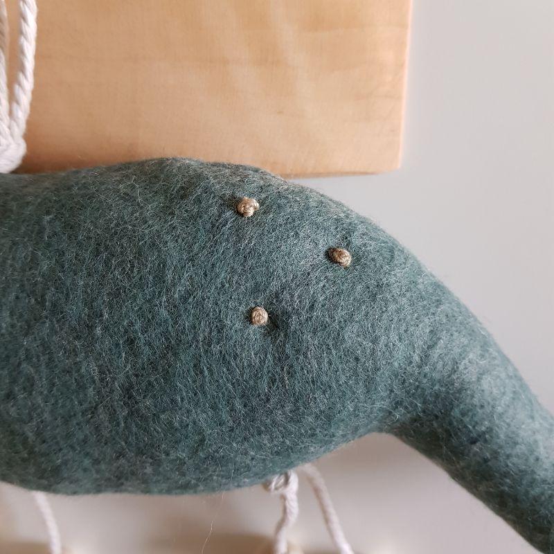 Kleinesbild - Handgefertigter, dreidimensionaler Girlanden- Anhänger ´Brachiosaurus Altmint`, aus nachhaltigen und natürlichen Materialien
