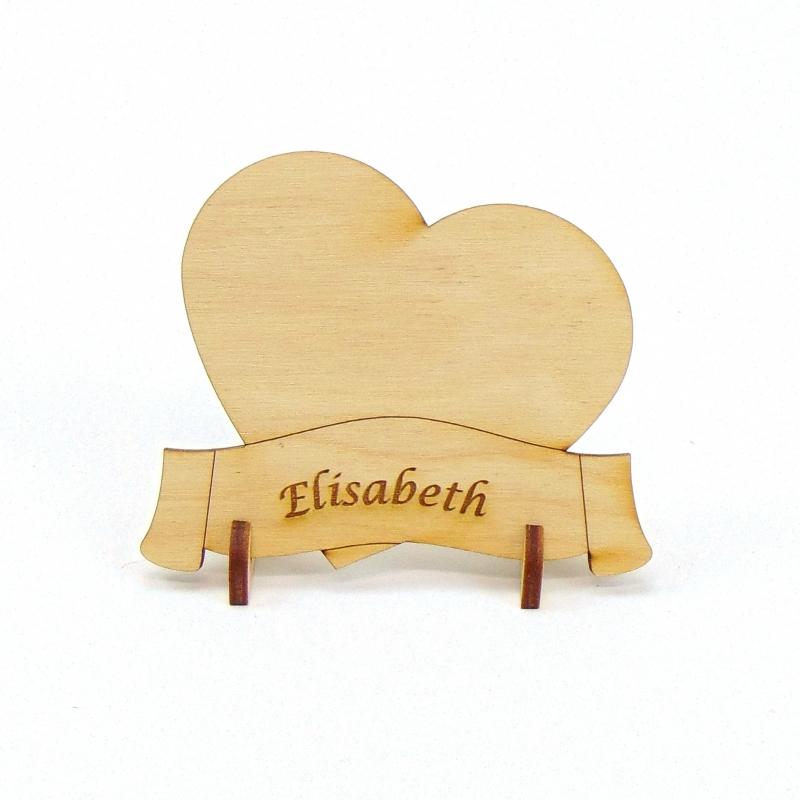 Kleinesbild - Herz mit Banner, Tischkarte Namensschild aus Holz für Hochzeit Tafel oder Geschenk zur Verlobung, zum Valentinstag Holzschild