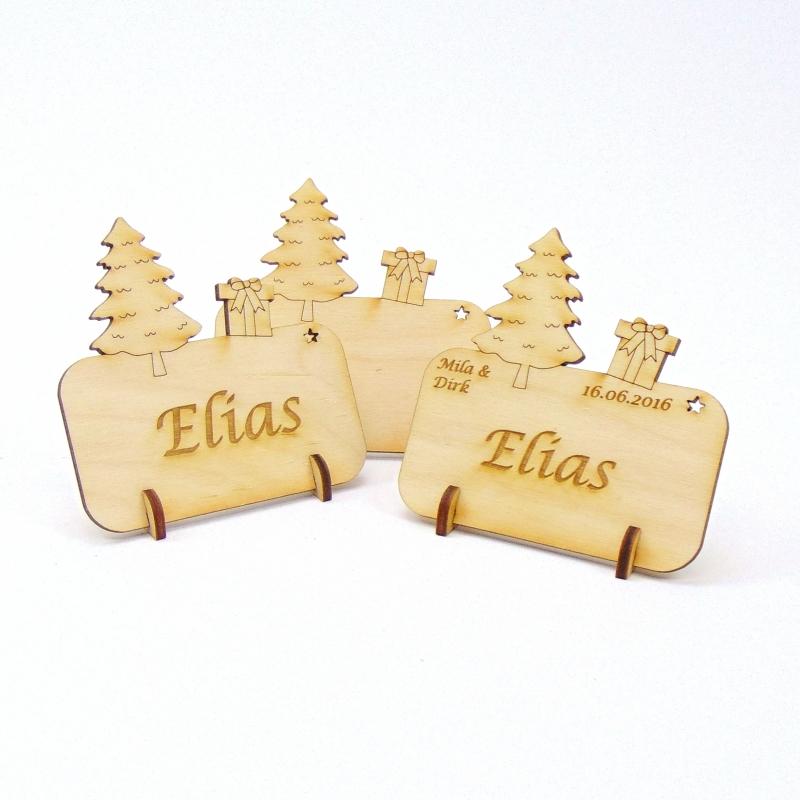 - Tannenbaum mit Geschenk, Tischkarte für Weihnachtstafel Namensschild Weihnachtlich aus Holz  - Tannenbaum mit Geschenk, Tischkarte für Weihnachtstafel Namensschild Weihnachtlich aus Holz