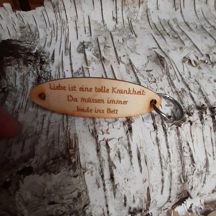 - Schlüsselanhänger  ♥Liebe ist eine tolle Krankheit: Da müssen immer beide ins Bett. ♥ aus Holz  zum Verschenken   - Schlüsselanhänger  ♥Liebe ist eine tolle Krankheit: Da müssen immer beide ins Bett. ♥ aus Holz  zum Verschenken