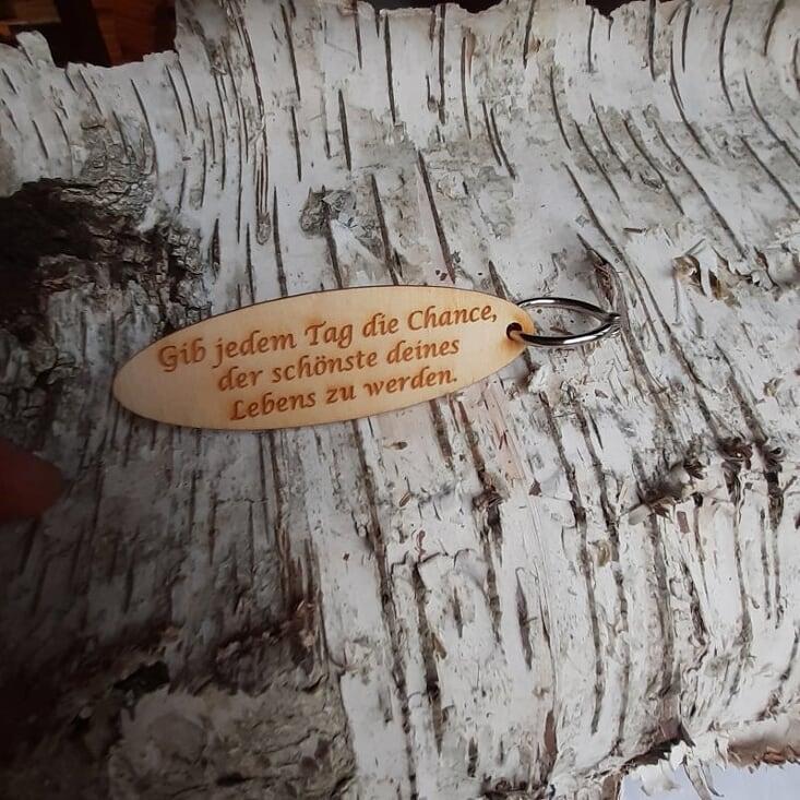 - Schlüsselanhänger  ♥ Gib jedem Tag die Chance, der schönste deines Lebens zu werden. ♥ aus Holz  zum Verschenken   - Schlüsselanhänger  ♥ Gib jedem Tag die Chance, der schönste deines Lebens zu werden. ♥ aus Holz  zum Verschenken