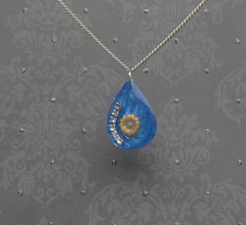 - Goldene Seerose - handgefertigter Kettenanhänger in Tropfenform mit kleiner Blume und Strass - Goldene Seerose - handgefertigter Kettenanhänger in Tropfenform mit kleiner Blume und Strass