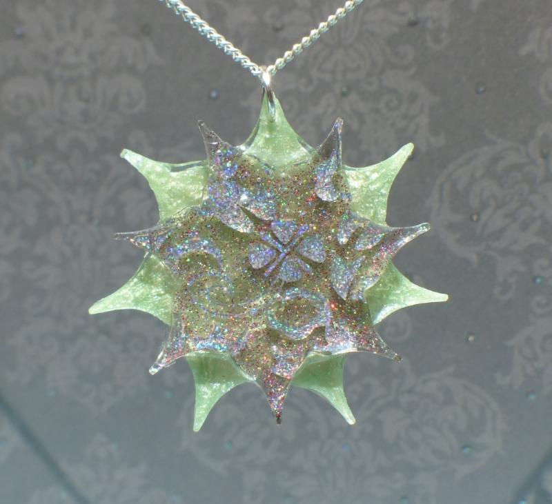 - Sternblume - handgefertigter Kettenanhänger mit Hologramm-Ornamenten - Sternblume - handgefertigter Kettenanhänger mit Hologramm-Ornamenten