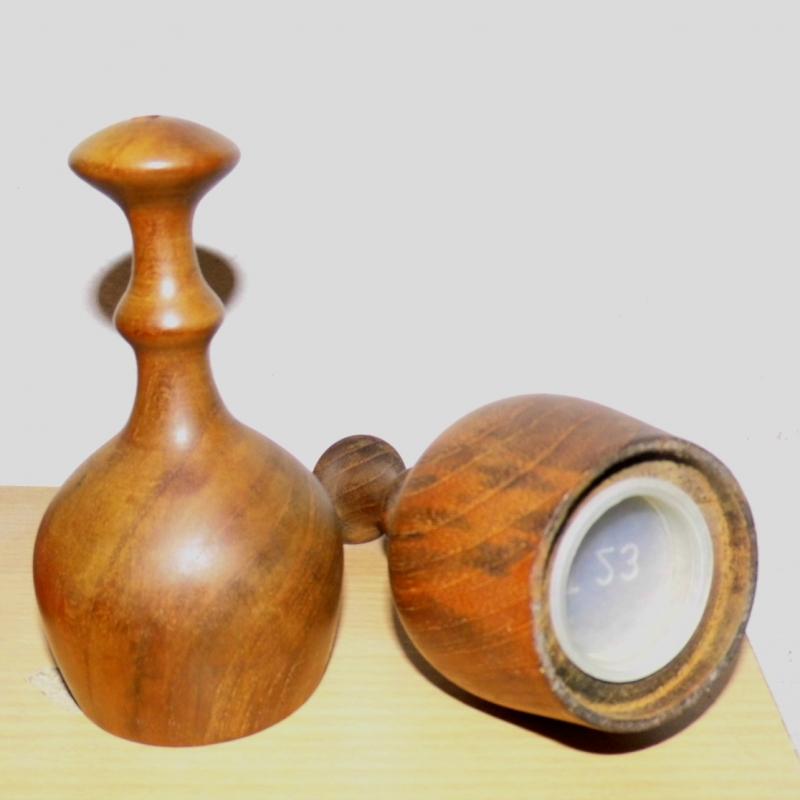 Kleinesbild - Salz- und Pfefferstreuer,  handgedrechselt aus antikem Teakholz