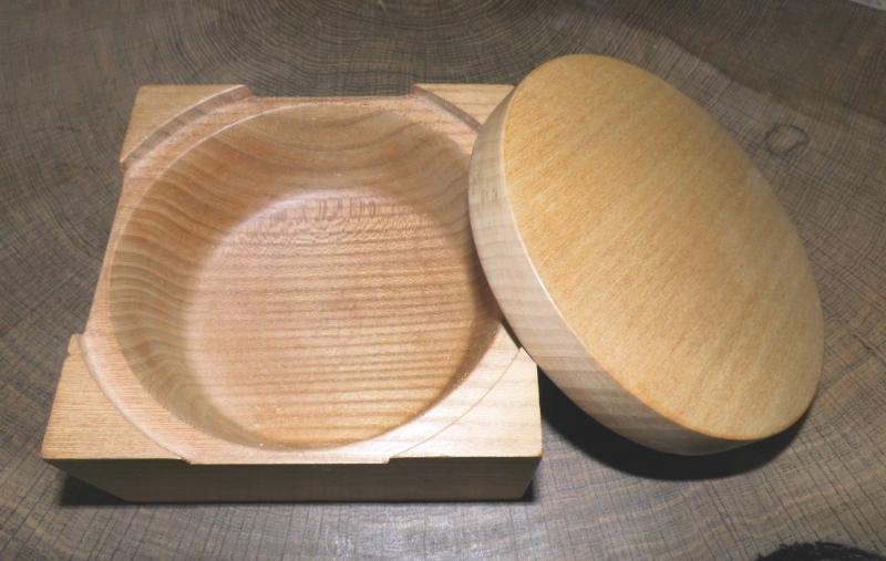 Kleinesbild - handgdrechselte Holzdose aus Nussbaumholz mit Deckel