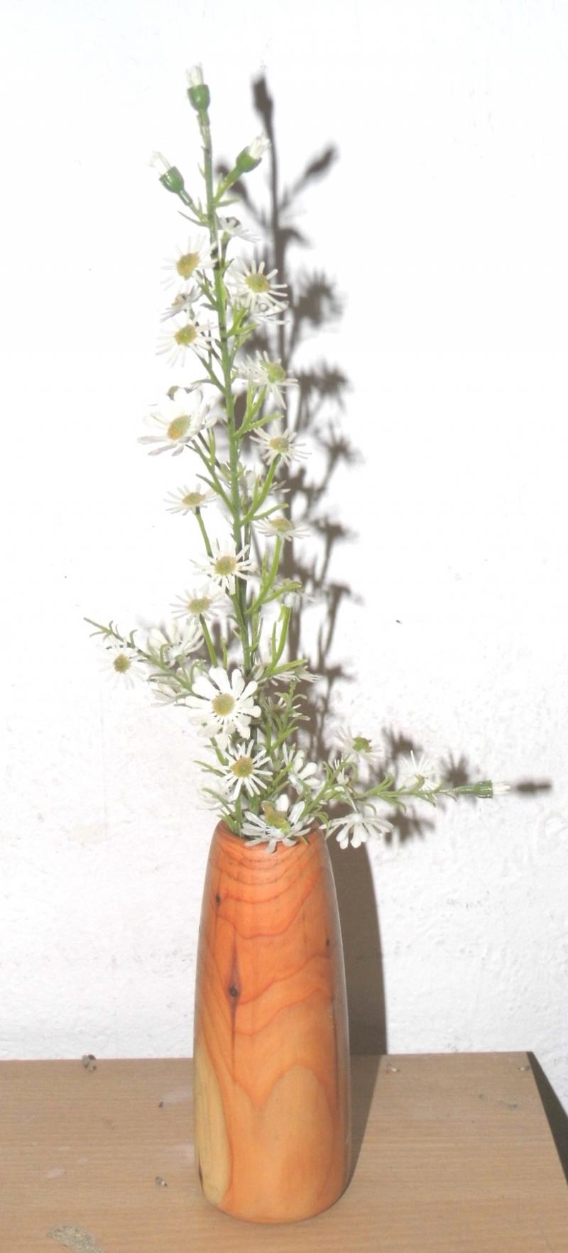 Kleinesbild - handgedrechselte Vase aus Eibenholz in klassischer Form