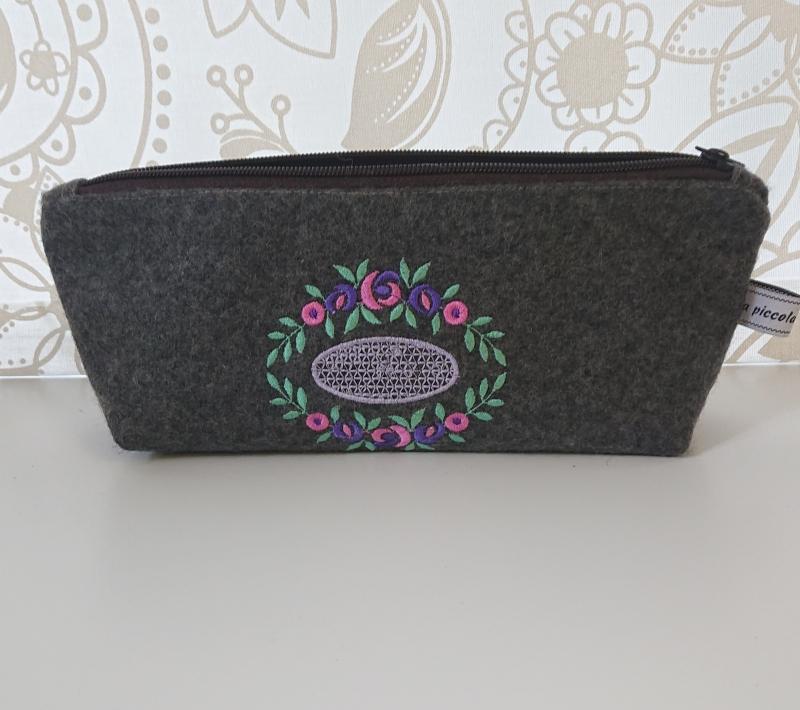 - Kosmetiktasche aus grauem Wollfilz, bestickt mit Blütenornament in pink violett grün - Kosmetiktasche aus grauem Wollfilz, bestickt mit Blütenornament in pink violett grün