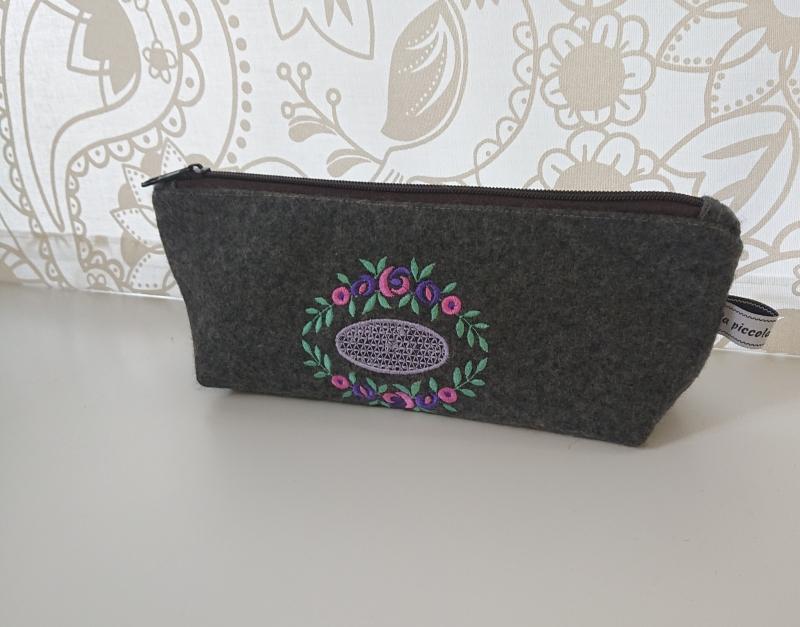 Kleinesbild - Kosmetiktasche aus grauem Wollfilz, bestickt mit Blütenornament in pink violett grün