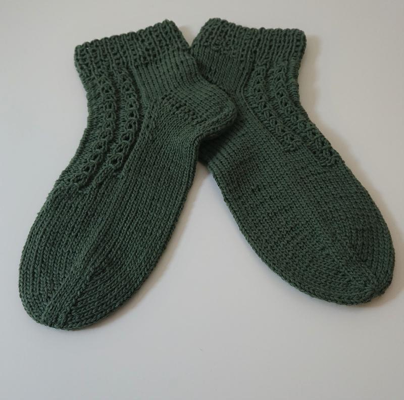 Kleinesbild - Handgestrickte Socken aus Baumwolle in grün oliv mit dekorativen Zopfmuster, Gr. 38/39, Handmade by la piccola Antonella