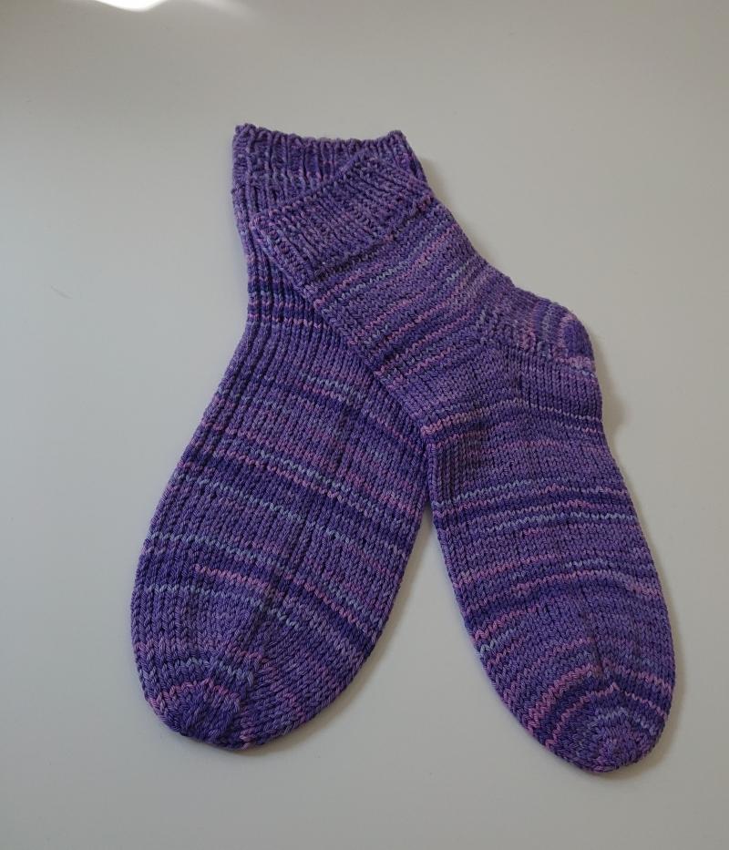 Kleinesbild - Handgestrickte Socken aus Baumwolle in lila, Gr, 38/39, Handmade by la piccola Antonella