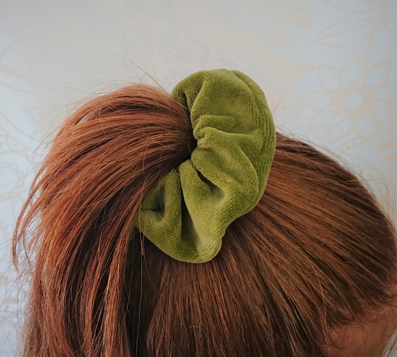 Kleinesbild - Scrunchy in grün, Haargummi aus Baumwollsamt , für Zopf und Dutt Frisuren, tragbar auch als Armband , Handmade by la piccola Antonella