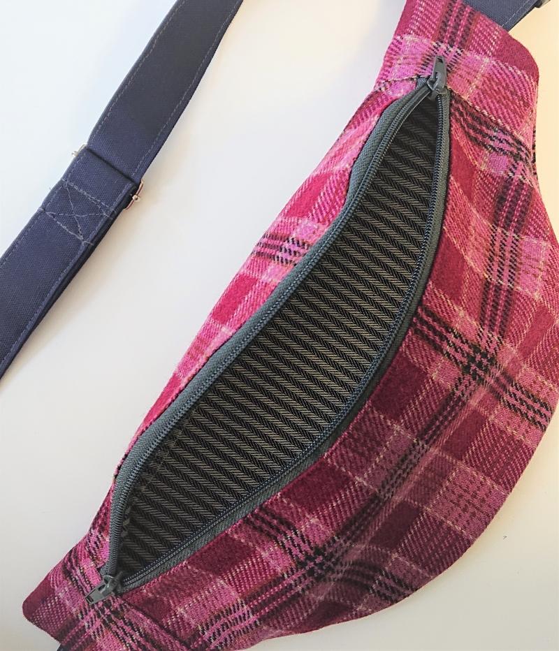 Kleinesbild - Bauchtasche Schottenkaro in Beeren Tönen ,  auch als Crossbag Umhängetasche tragbar , verstellbarer Tragegurt mit Karabiner , Gr. L, Handmade by la piccola Antonella