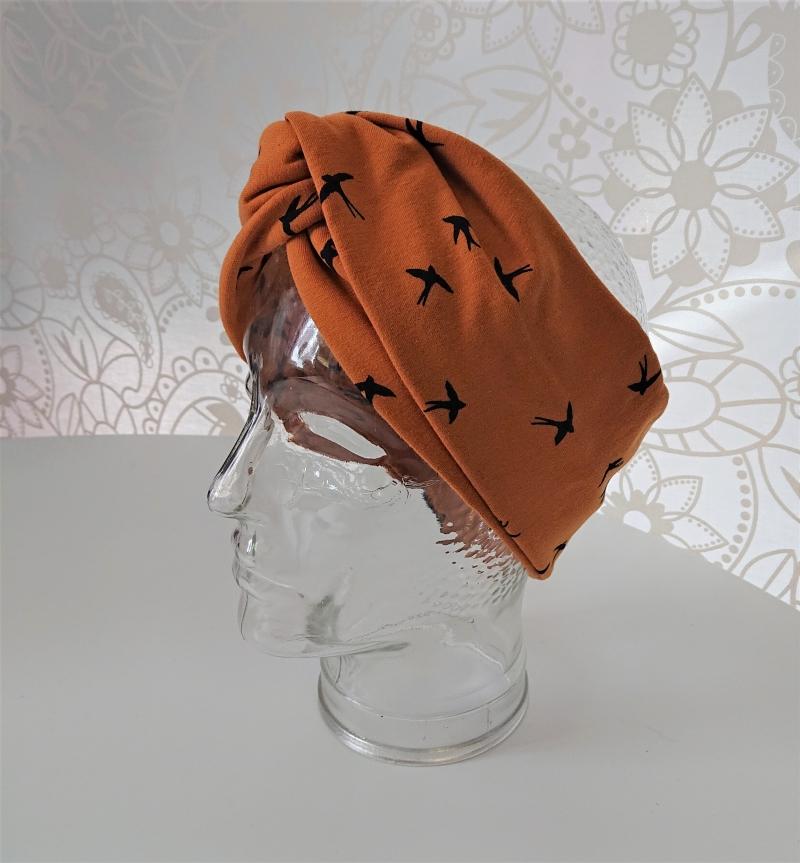 Kleinesbild - Stirnband genäht aus Baumwolle , doppelläufig mit Twist in senf mit kleinen Vögeln, Handmade by la piccola Antonella