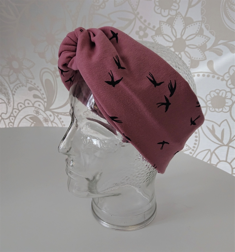 Kleinesbild - Stirnband genäht aus Baumwolle , doppelläufig mit Twist in rosa / altrosè mit kleinen Vögeln, Handmade by la piccola Antonella