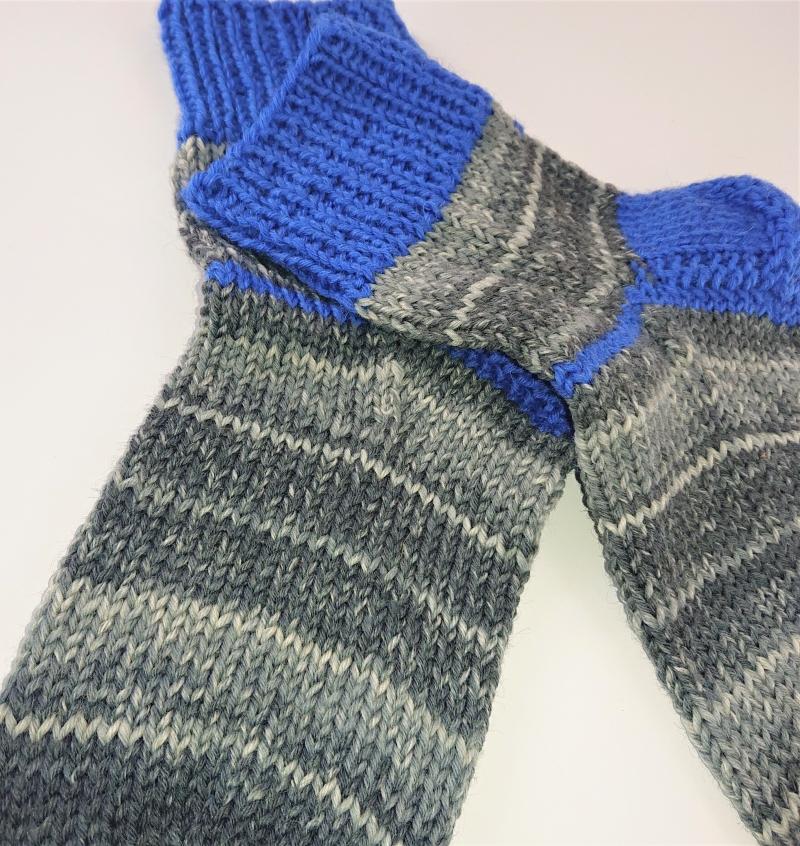 Kleinesbild - Gestrickte dicke Socken aus 8 - fach Sockenwolle in grau  blau mit kurzen Schaft  -  Gr. 40/41 , Kuschelsocken handgestrickt von  la piccola Antonella