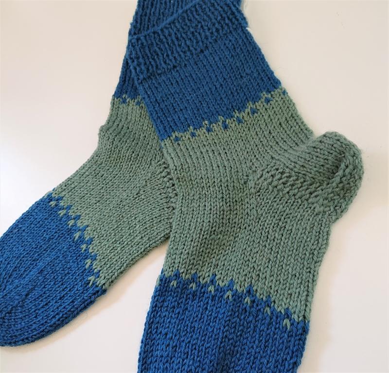 Kleinesbild - Gestrickte bunte dicke Socken aus 6-fach Sockenwolle in blau grün -  Gr. 38/39 , handgestrickt von  la piccola Antonella