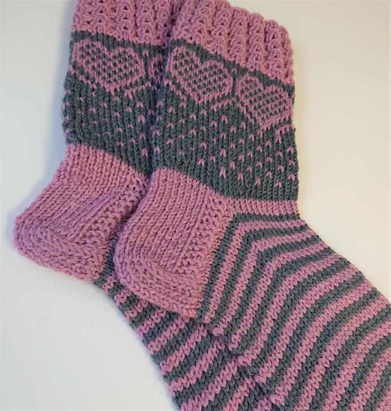 Kleinesbild - Gestrickte dickere Socken in Rosa / Grau aus 6-fach Sockenwolle mit eingestrickten Herzen  -  Gr. 40/41 , handgestrickt von  la piccola Antonella