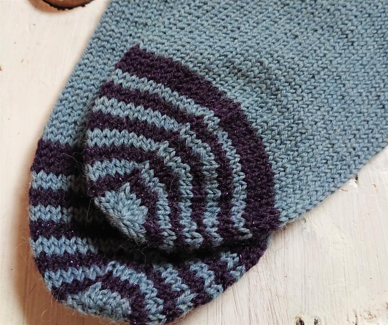 Kleinesbild - Gestrickte Socken in blau mit Glitzer Ornamenten in Fairisle Technik und Zopfmuster Bündchen  in  Gr. 36/37 , handgestrickt by la piccola Antonella