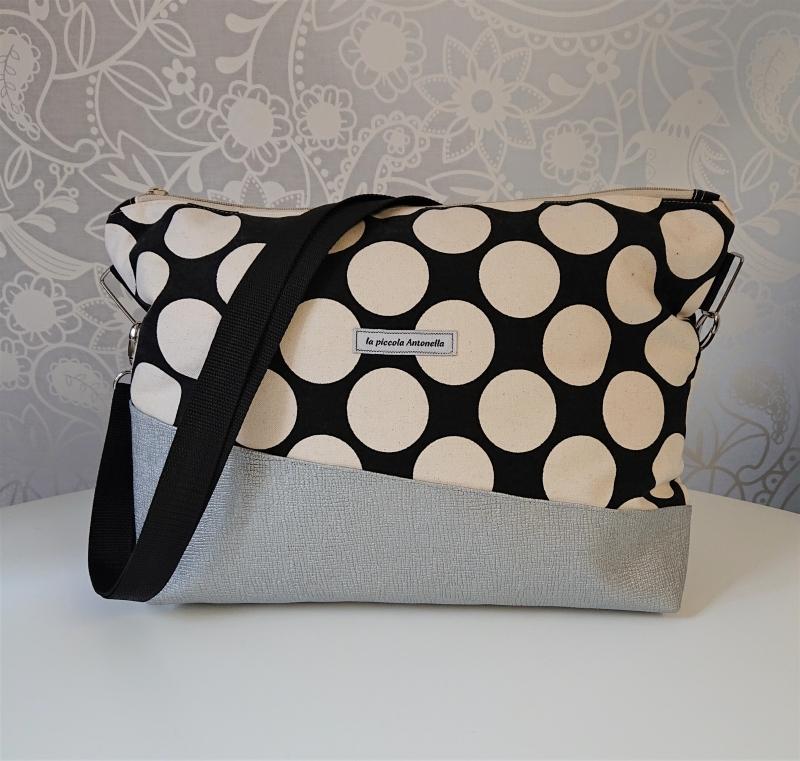- Umhängetasche schwarz mit großen Punkten und Kunstleder in silber - Umhängetasche schwarz mit großen Punkten und Kunstleder in silber