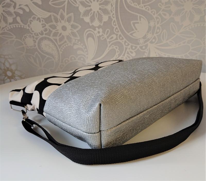 Kleinesbild - Umhängetasche schwarz mit großen Punkten und Kunstleder in silber